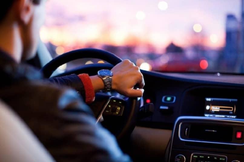 hombre conduciendo coche en autopista