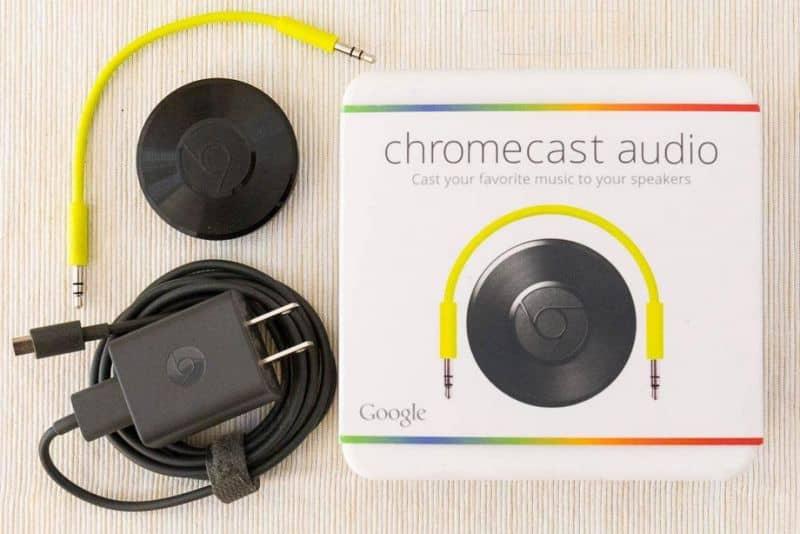 Caja de Chromecast Audio en mesa de madera