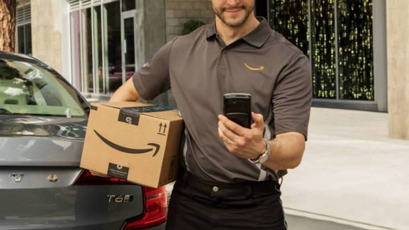 repartidor de amazon consulta en movil entrega de paquete