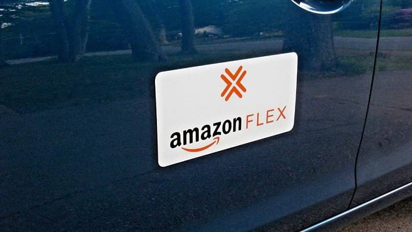 logo de amazon flex en un auto