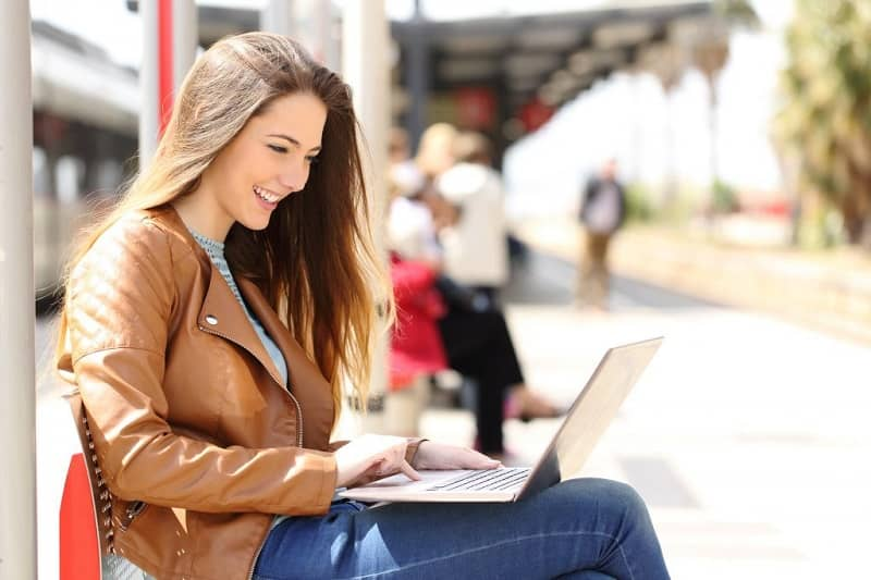 Mujer calle usar laptop