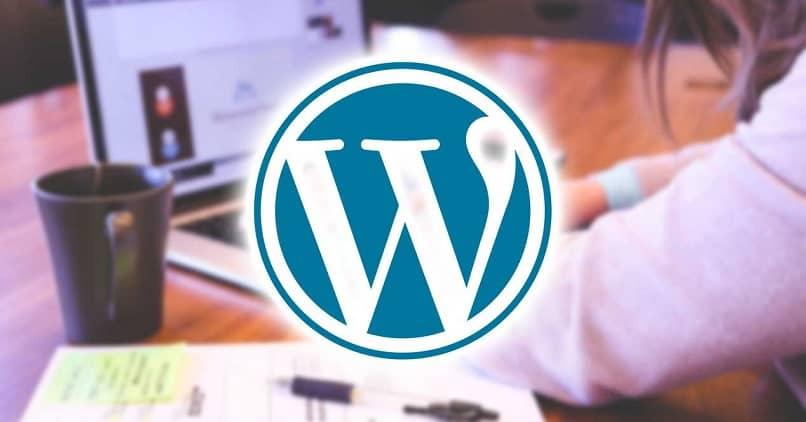 logo de wordpress y de fondo una mujer usando una laptop