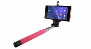 telefono con palo de selfie