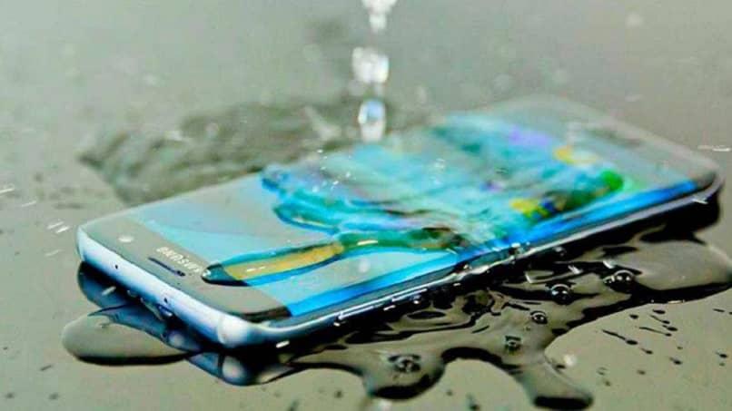telefono samsung salpicado de agua